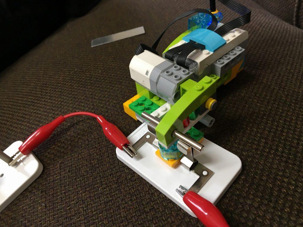 WeDo2.0電気の利用アームおろす